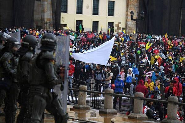 کلمبیاییها علیه خشونت دولتی راهپیمایی سکوت برگزار کردند
