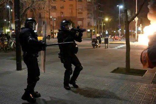 درگیری معترضان با پلیس در بارسلونا