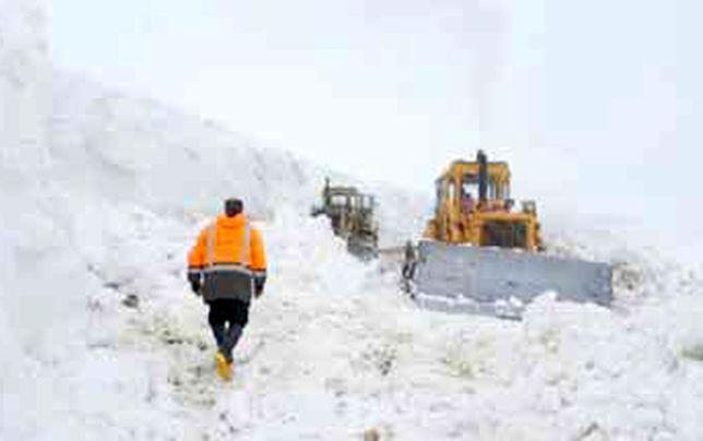 گرفتار در برف و کولاک؛ بدون آب، برق، تلفن و ...