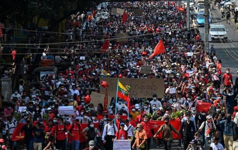راهپیمایی هزاران نفر در میانمار علیه کودتای نظامی