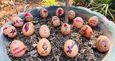 اعتراض میانماریها با تخممرغهای عید پاک